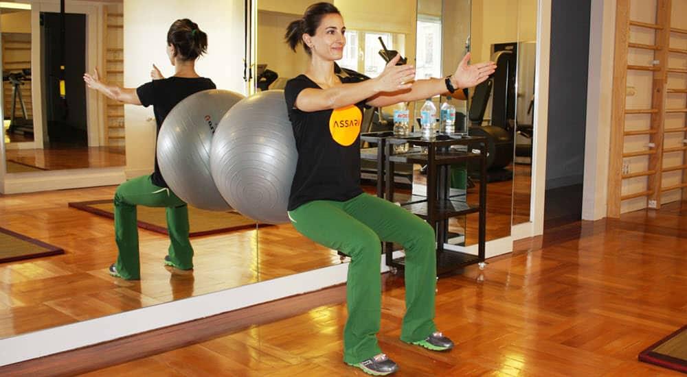 propiocepcion_sentadillas_pelota_yoga