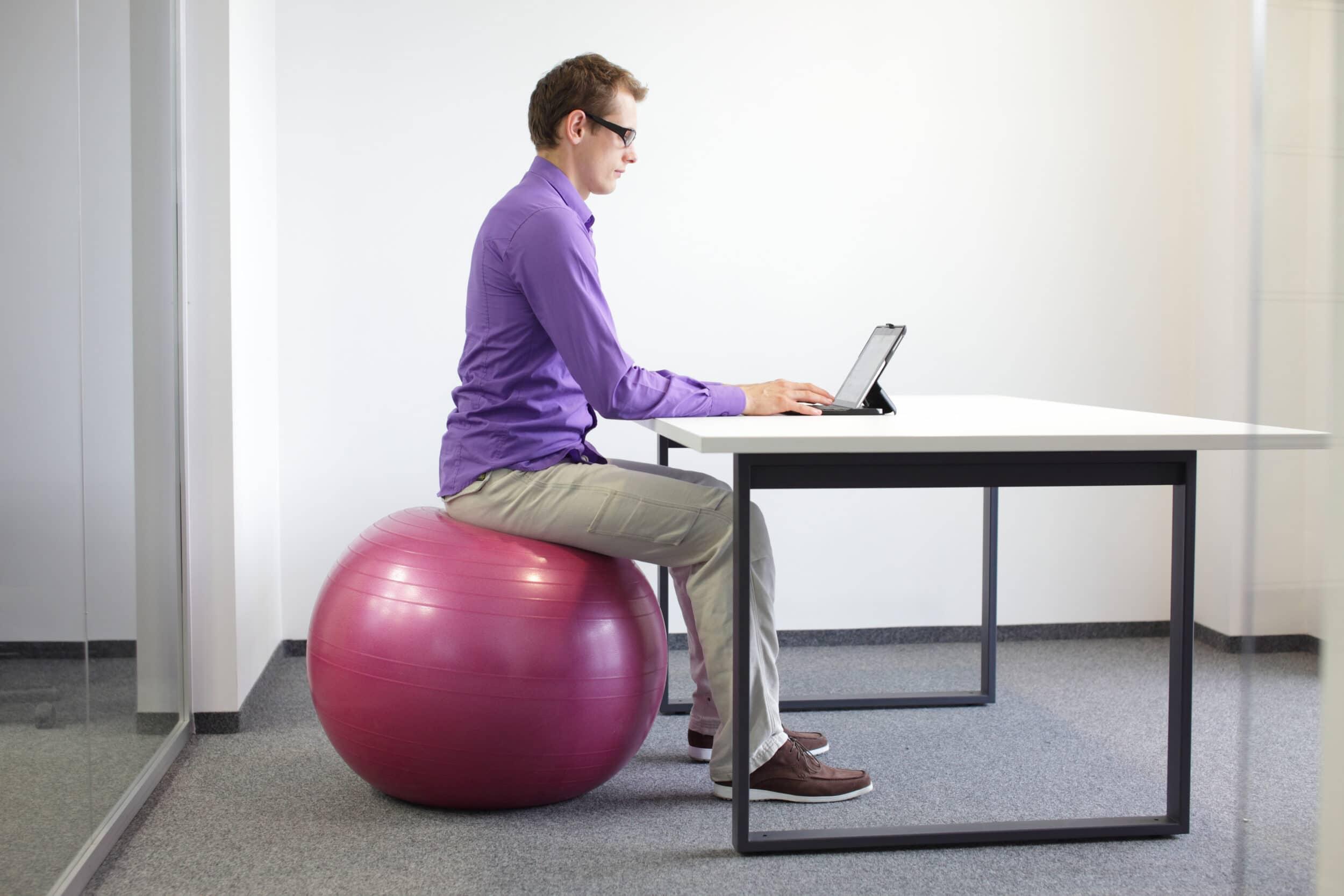 consejos hacer ejercicio trabajo sentarse pelota