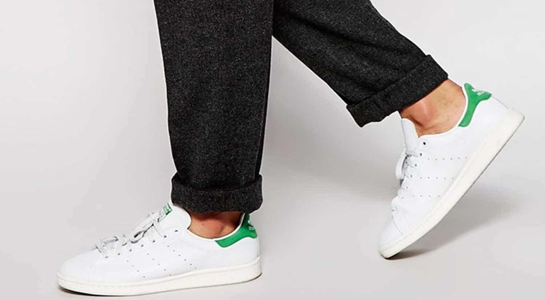 prendas hombre imprescindibles primavera verano zapatillas blancas