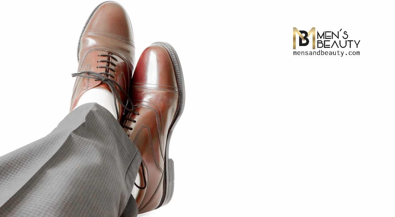 errores hombres vistiendo calcetines claros