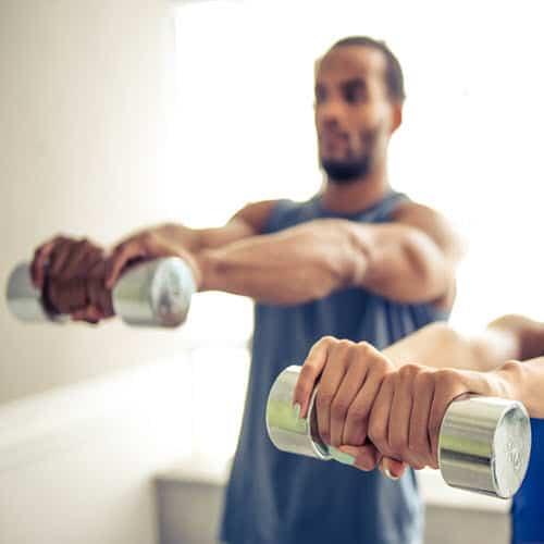 como entrenar con pesas en casa