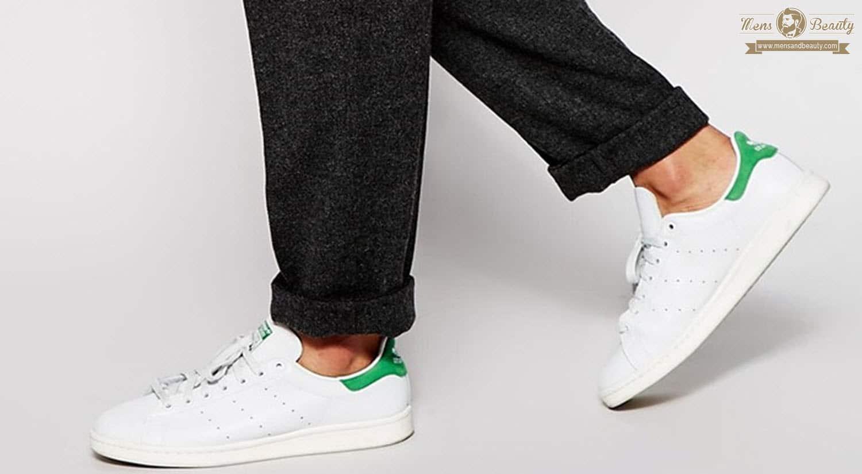 prendas imprescindibles hombre primavera verano zapatillas blancas